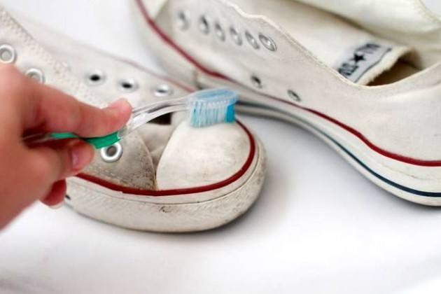 Чистка белых кроссовок