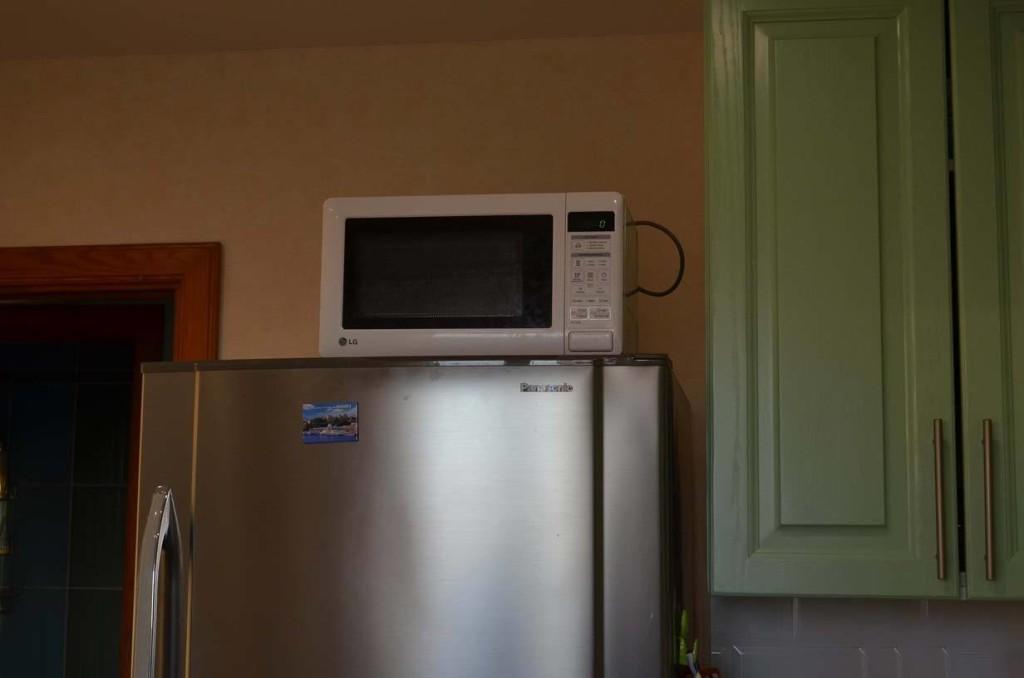 Микроволновка на большом холодильнике