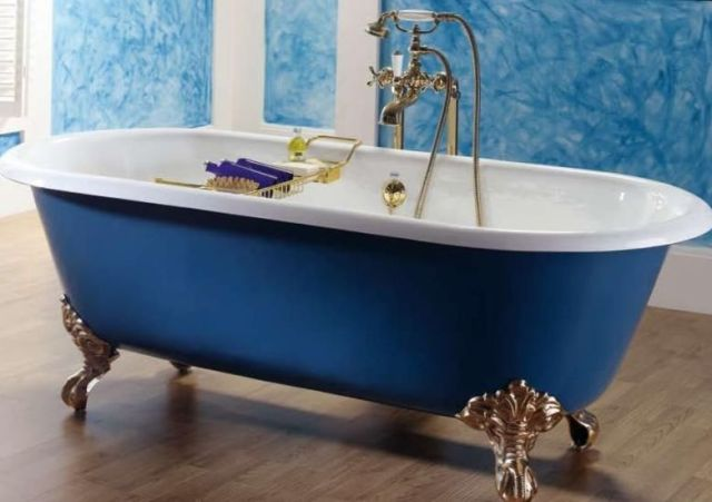 Чистая чугунная ванна
