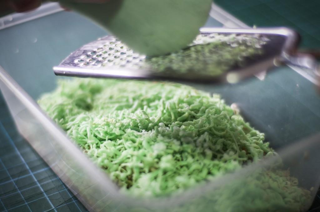 Готовим стружку из мыла для дальнейшего приготовления стирального средства