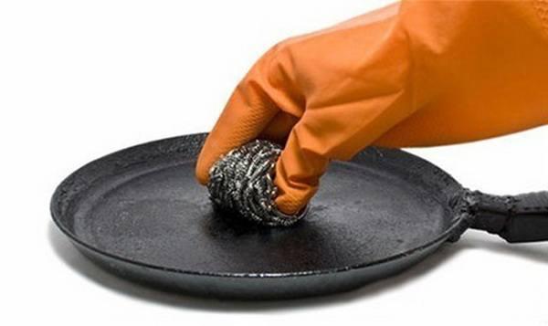 Очистка внутренней стороны сковородки от нагара металлическим ершиком