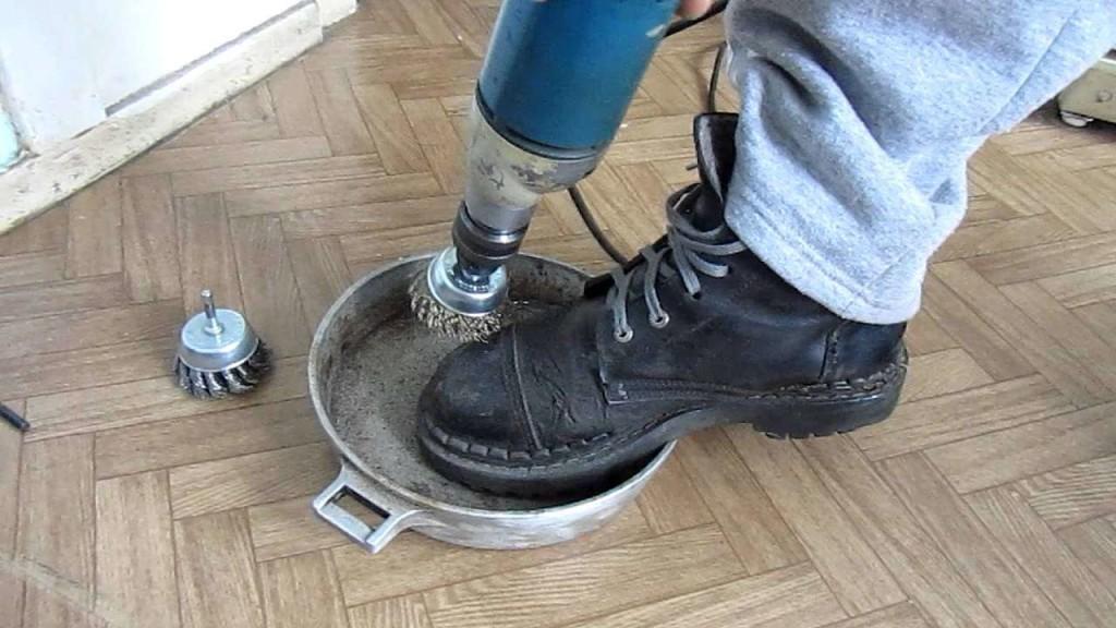 Очищаем сковородку от нагара с помощью дрели и щетки по металу