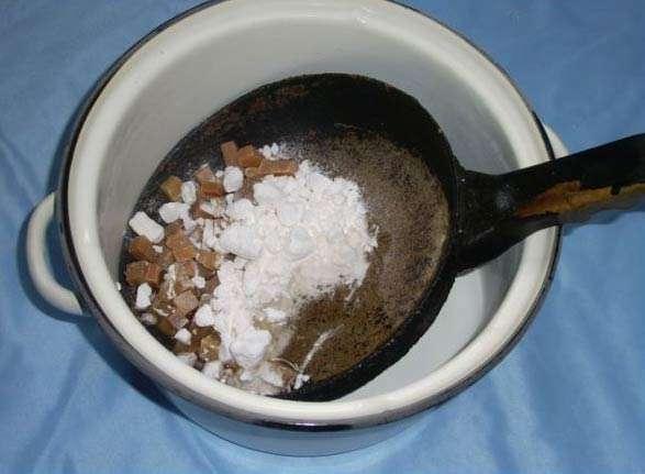Кипятим грязную сковородку с большим количеством пищевой соды
