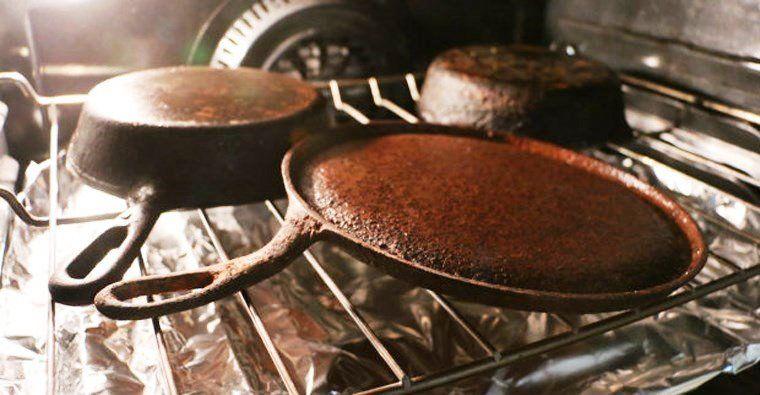 Обжиг грязных сковородок в духовке
