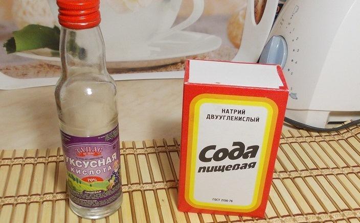 Чистим слив содой и уксусом