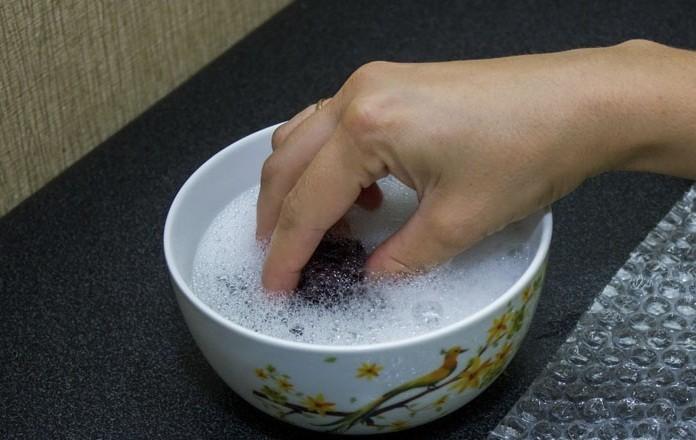 Оттираем шариковую ручку с кожзама с помощью мыла