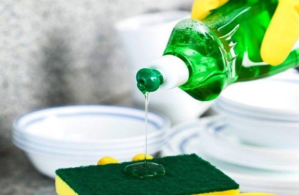 Оттереть ручку с кожи жидкостью для мытья посуды