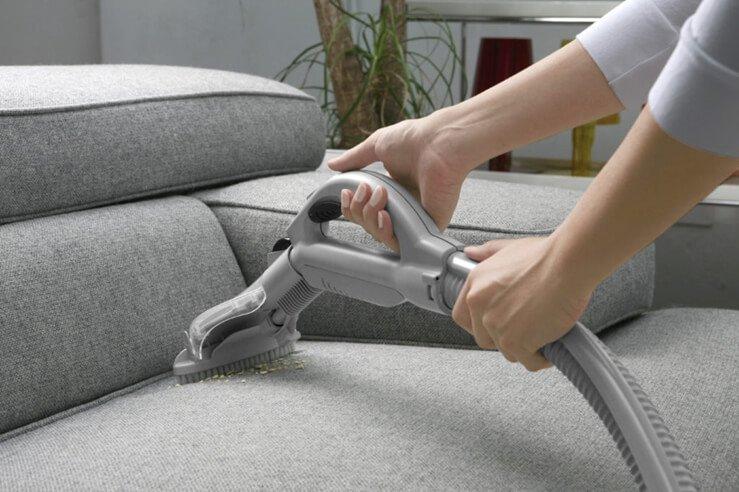 Сухая чистка мебели пылесосом