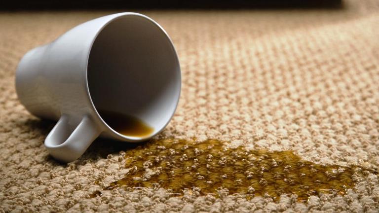 Почистить ковер от пятен черного чая