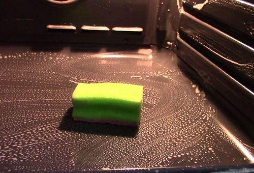 Наносим моющую смесь на внутреннюю поверхность духовки
