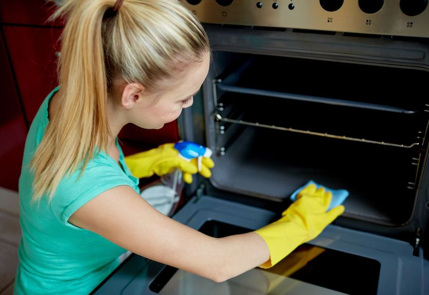 Смесь из лимонного сока наносим на грязные места внутри духовки