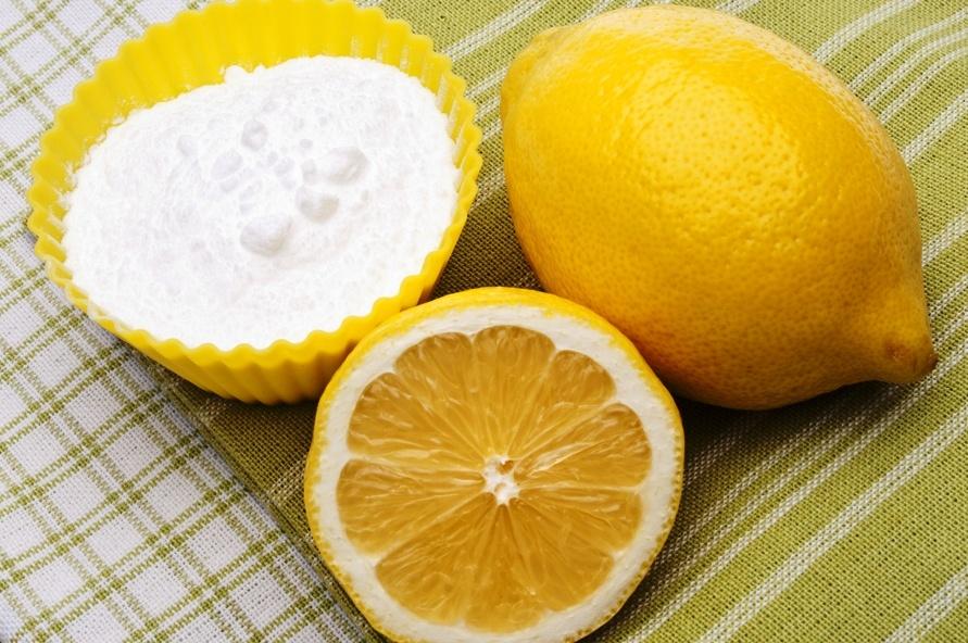 Смесь лимонного сока и пищевой соды