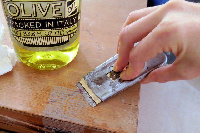 Оттереть клей от скотча можно с помощью растительного масла