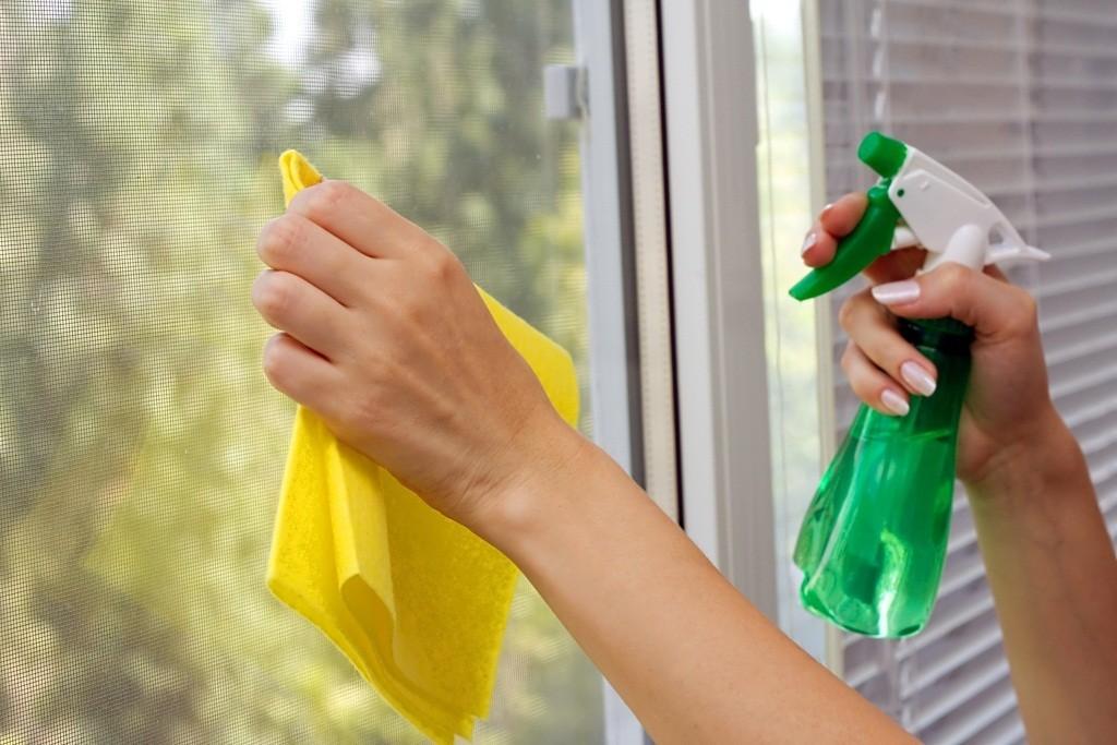 Оттереть клей от скотча можно с помощью средства для мытья окон