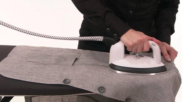 Гладит пиджак