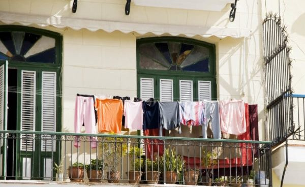 Сушка одежды из синтетики на балконе