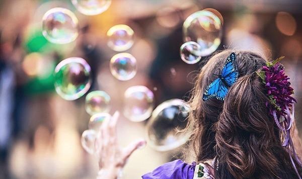 Девочка надувает пузыри