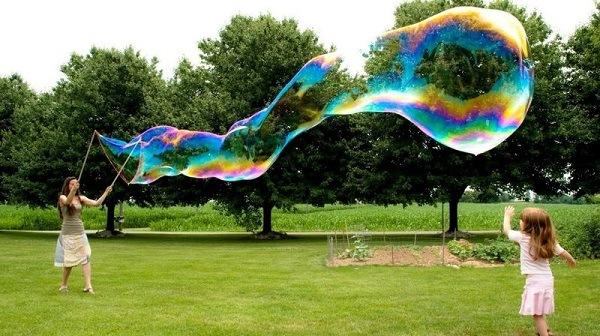 Гигантский мыльный пузырь