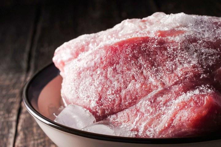Сколько можно хранить ранее замороженное мясо в морозилке