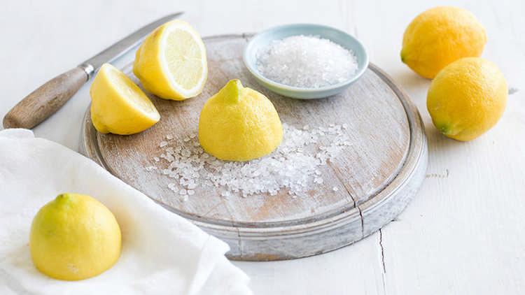 Устранение пятен от пота с помощью лимонного сока и соли