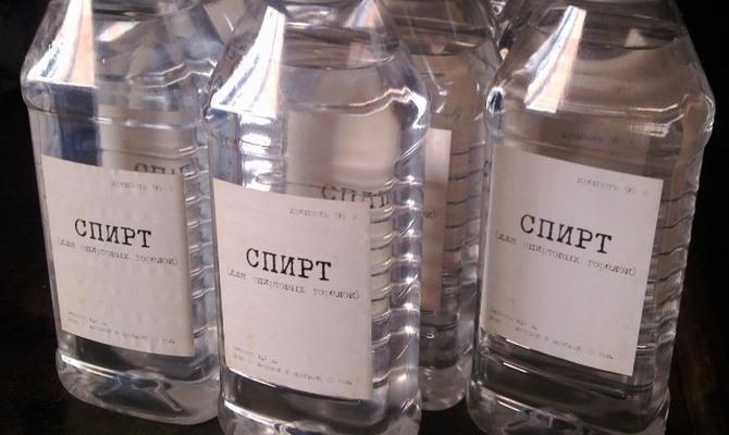 Удаляем остатки клея от наклейки с помощью алкогольных напитков