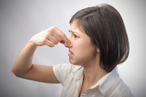 Девушка с закрытым носом