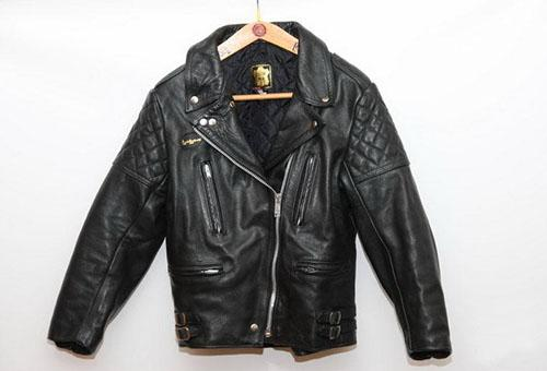 Кожаная куртка на вешалке