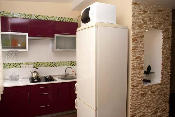 Микроволновка стоит на холодильнике