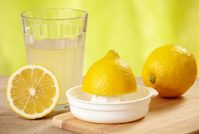 Отмыть холодильник можно с помощью лимонного сока