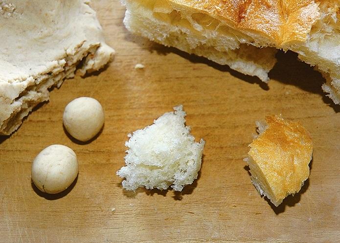 Чистка одежды от сажи хлебным мякишем