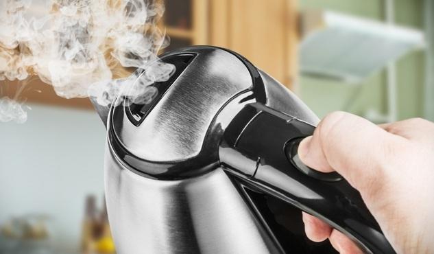 Пить воду из плохо пахнущего чайника нежелательно