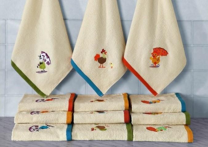 Глаженые кухонные полотенца после стирки