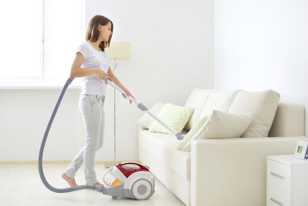 Почистить кожаный диван пылесосом