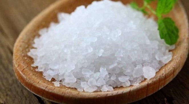 Поваренная соль против пятен от солярки
