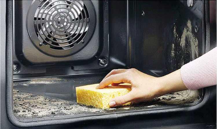 Соль хорошо очищает застарелый нагар со дна духовки