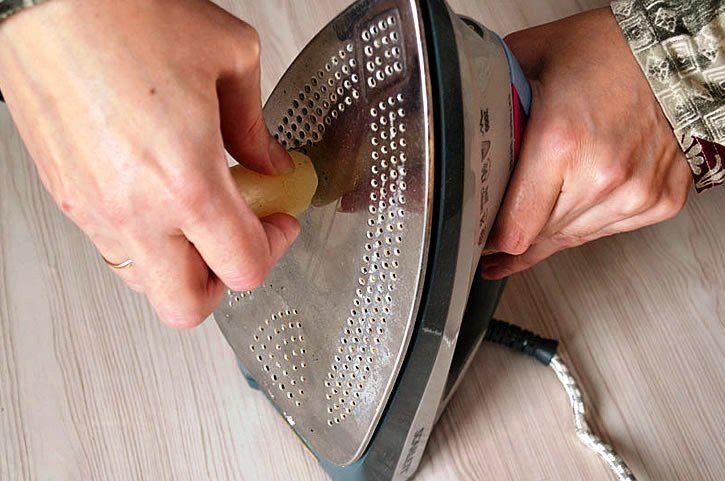 Почистить утюг парафиновой свечой