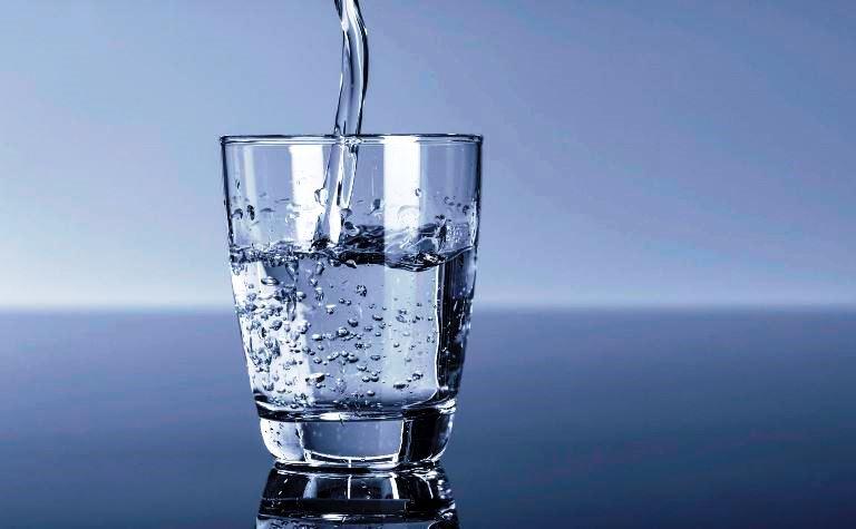 Проверяем влажность воздуха с помощью стакана с водой