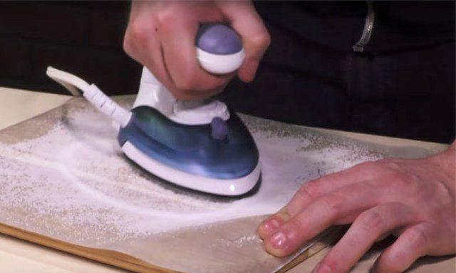 Очищаем утюг с помощью соли