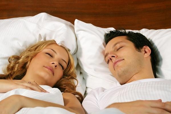 Пара спит