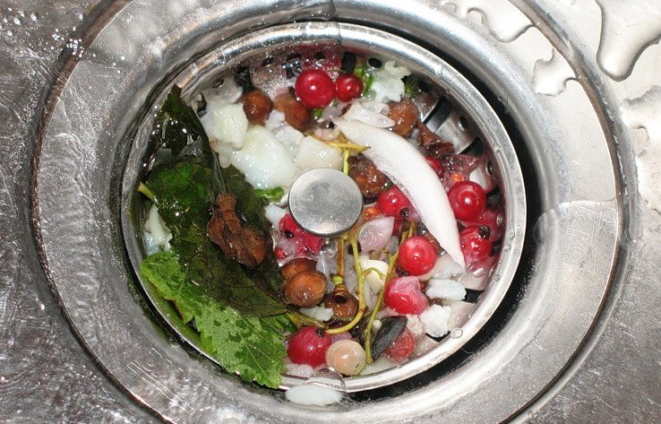 Сток раковины забивается едой и начинает плохо пахнуть