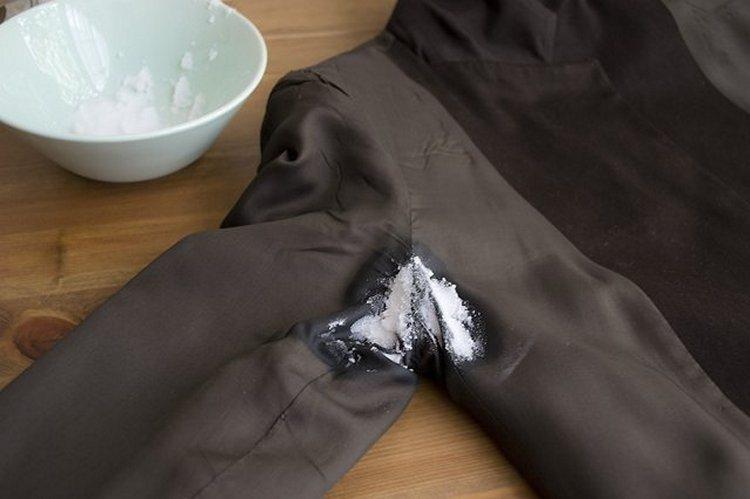 Устранение пятен от пота с помощью соды